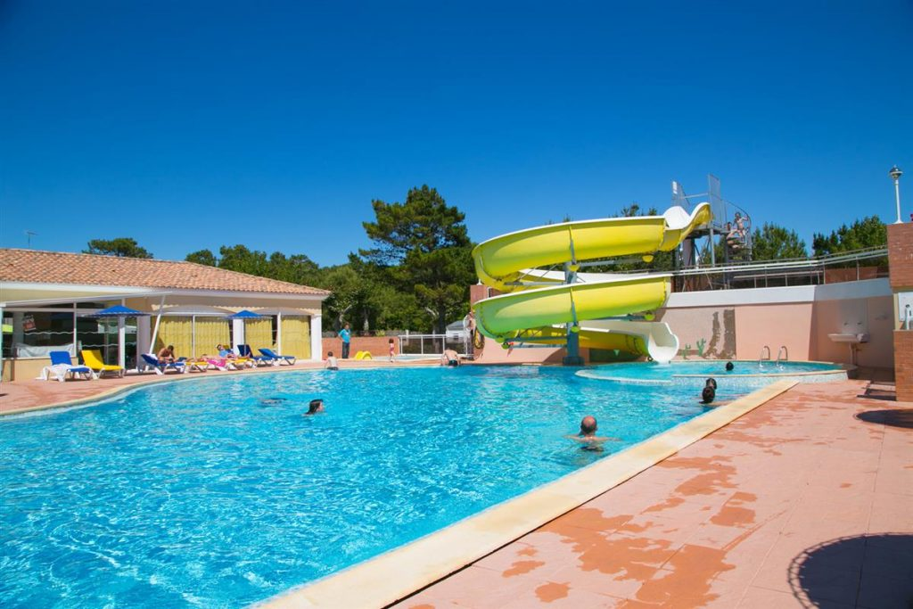 piscine chauffée avec toboggan aquatique