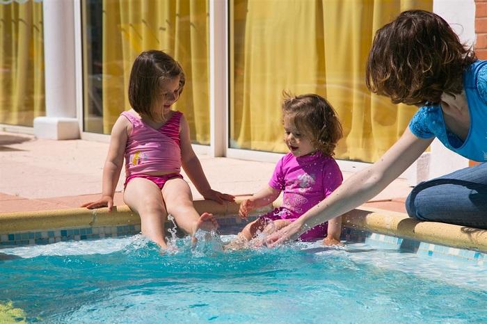 Enfant piscine au camping proche plage