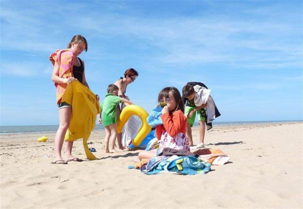 Enfants jouent au bord de la mer à Saint Jean de Monts