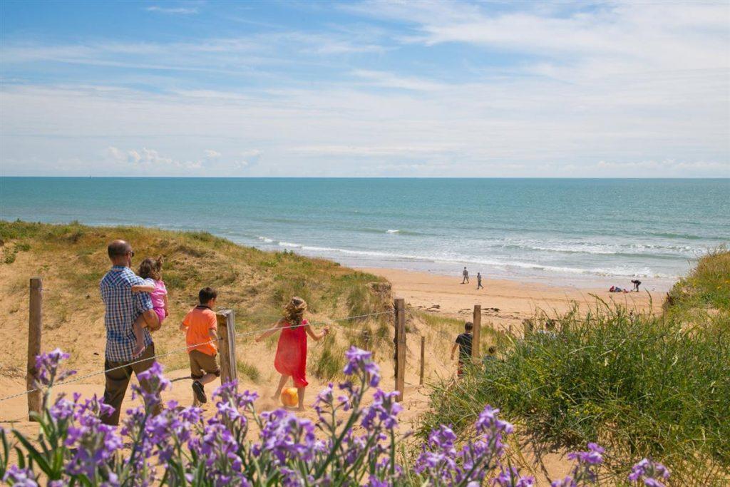 Direction la plage par un accès direct partant de ce camping pas cher